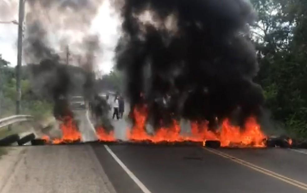 Músicos do sul da BA fecham BR-367 em protesto contra medida que proíbe shows com mais de 200 pessoas por causa da Covid-19 — Foto: Reprodução/TV Bahia