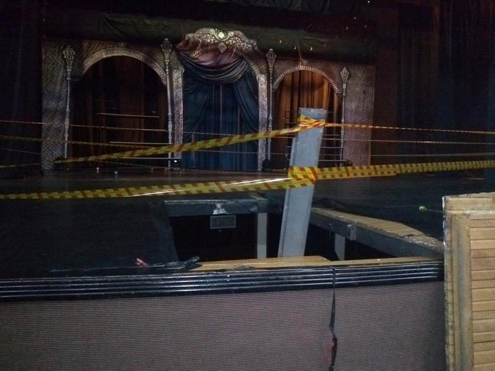 Grupo caiu em fosso após parte do palco de teatro ceder, em Americana — Foto: Marília Rastelli / EPTV