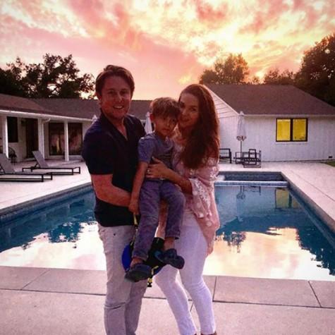 Fernanda Machado com o marido, Robert Riskin, e o filho, Lucca (Foto: Reprodução)