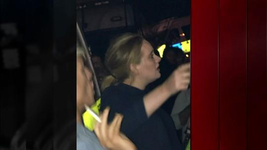 Cantora Adele vai até prédio em Londres prestar apoio às vítimas de incêndio