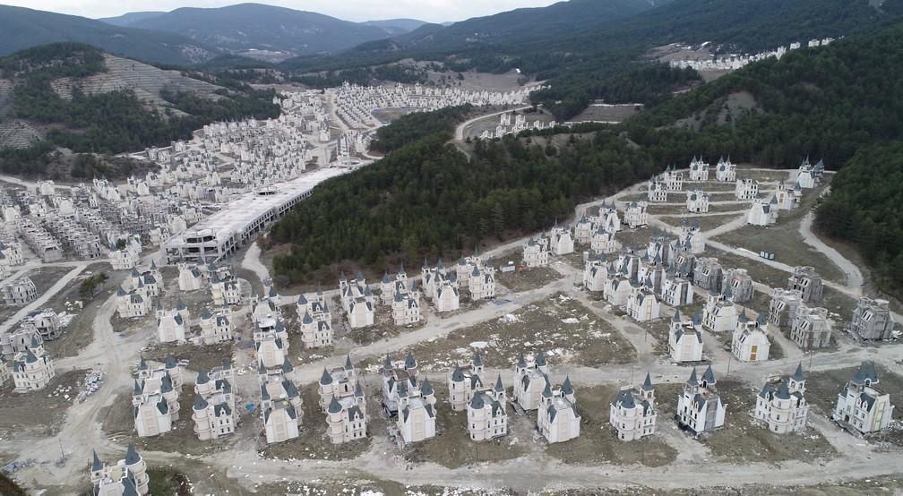 Obra inacabada de condomínio de mini-castelos na Turquia — Foto: Umit Bektas/Reuters