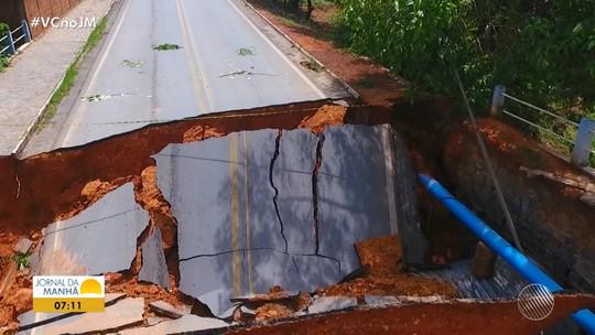 'Fui levantada por cinco homens', diz senhora que caiu em buraco após asfalto ceder durante chuva forte na BA