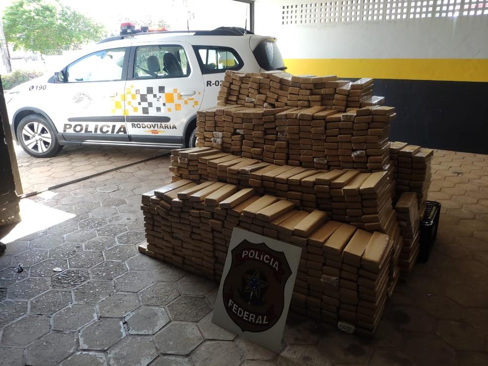 Na sede da PF de Bauru, apreensão foi pesada e resultou em 750 quilos de maconha — Foto: Polícias Federal e Rodoviária/Divulgação