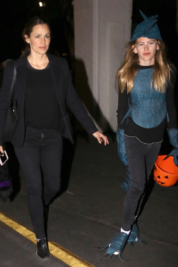 Jennifer Garner e a filha mais velha, Violet (Foto: Backgrid)