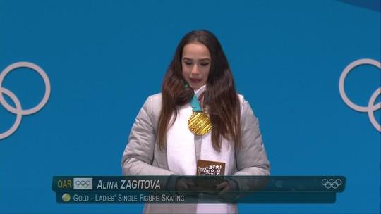 Com bandeira e hino olímpico, Alina Zagitova recebe o primeiro ouro dos atletas russos