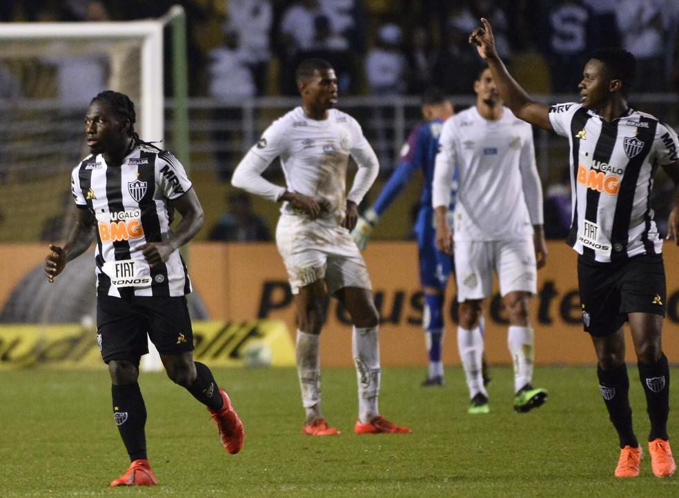 Chará e Cazares comandaram a vitória do Galo diante do Santos na Copa do Brasil — Foto: Marcos Ribolli/Globoesporte.com
