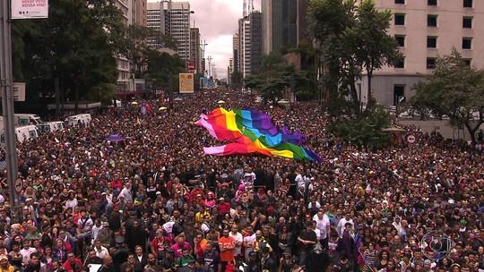 Parada LGBT lota ruas de SP com show de Pabllo Vittar e discursos de Fernanda Lima e de viúva de Marielle