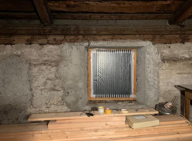 As janelas instantâneas são uma opção temporária para casas que foram afetadas por ondas criadas pelo uso de explosivos (Foto: Dezeen/ Reprodução)