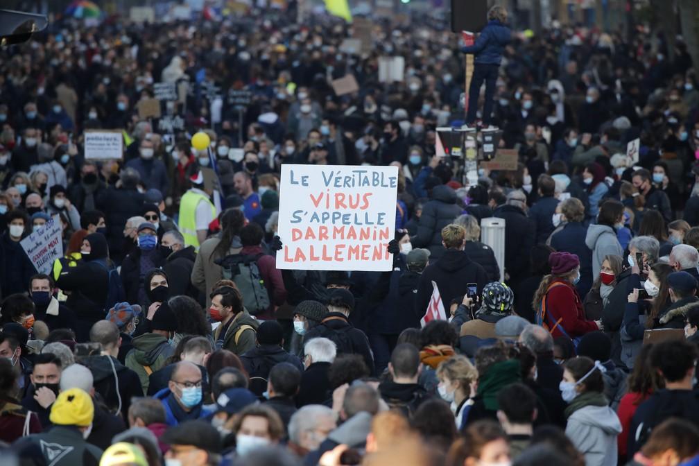Na França, milhares de pessoas protestam contra um projeto de lei sobre segurança, considerado uma mordaça por seus críticos — Foto: AP Photo/Francois Mori