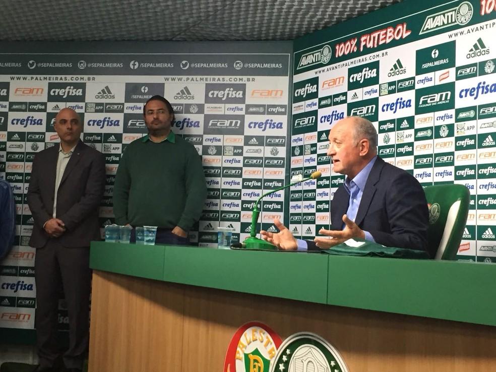 Maurício Galiotte e Alexandre Mattos acompanharam a apresentação de Felipão na sala de imprensa do Palmeiras (Foto: Felipe Zito)