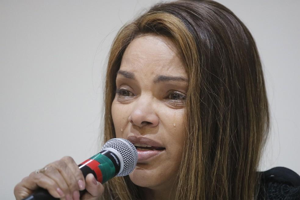 A deputada federal Flordelis (PSD-RJ) fala sobre a morte de seu marido, o pastor Anderson do Carmo, durante entrevista na Barra da Tijuca, no Rio de Janeiro, na terça-feira (25). 'Ninguém pode afirmar que foram meus filhos', disse ela — Foto: Fernando Frazão/Agência Brasil