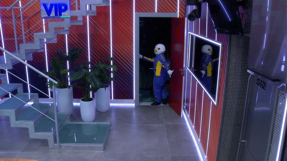 Carla Diaz chega no Quarto Colorido para acordar brothers — Foto: Globo