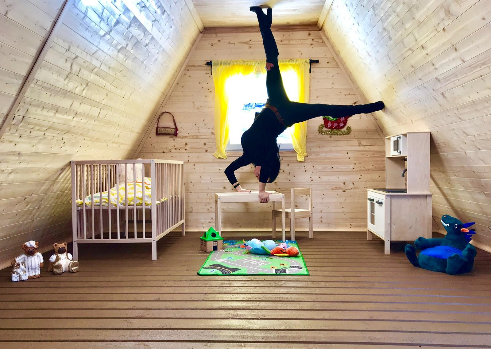 Casa de cabeça para baixo é atração instagramável na Inglaterra (Foto: Divulgação)