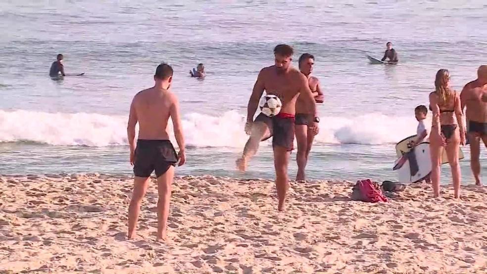 Dupla joga altinha na praia; esportes na areia não está permitido — Foto: Reprodução/TV Globo