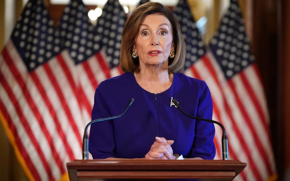 A presidente da Câmara dos Representantes dos EUA, Nancy Pelosi, durante pronunciamento no qual anunciou a abertura de um processo formal de impeachment contra o presidente Donald Trump, na terça-feira (24) — Foto: Mandel Ngan/AFP