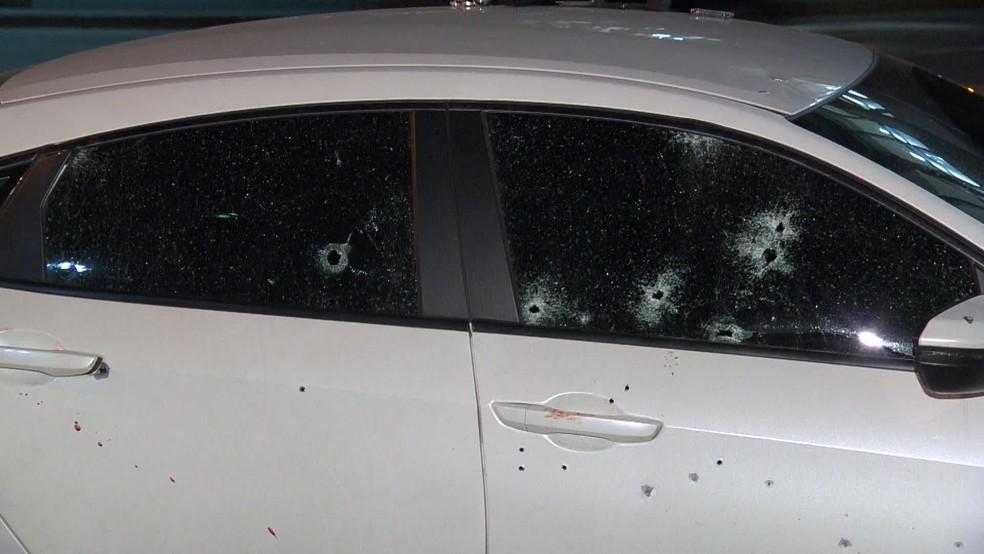 Carro de empresário foi atingido por vários disparos na Tijuca, na Zona Norte do Rio — Foto: Reprodução/ TV Globo