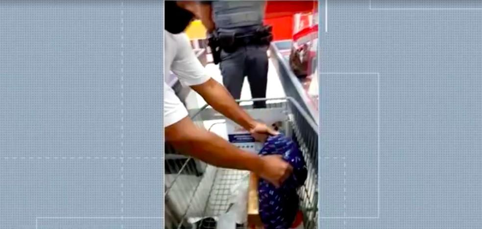 Supermercado obrigou casal negro a mostrar a bolsa para revista na hora do pagamento, no Campo Belo, Zona Sul de São Paulo — Foto: TV Globo/Reprodução