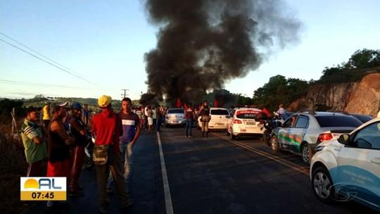 Manifestantes cobram entrega de casas populares em Matriz de Camaragibe, Alagoas