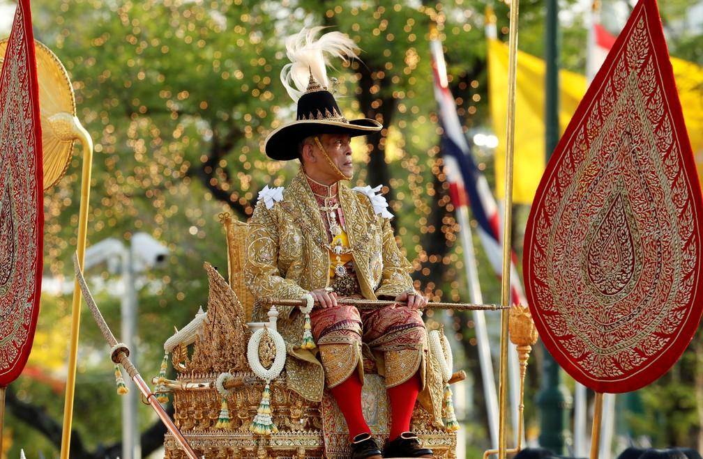Recém-coroado rei da Tailândia é carregado por ruas de Bangcoc em procissão real — Foto: REUTERS/Jorge Silva