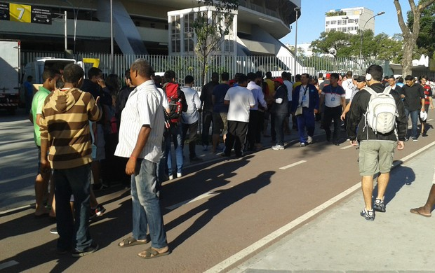 Cambistas oferecem ingressos no Maracanã próximos à viatura da PM