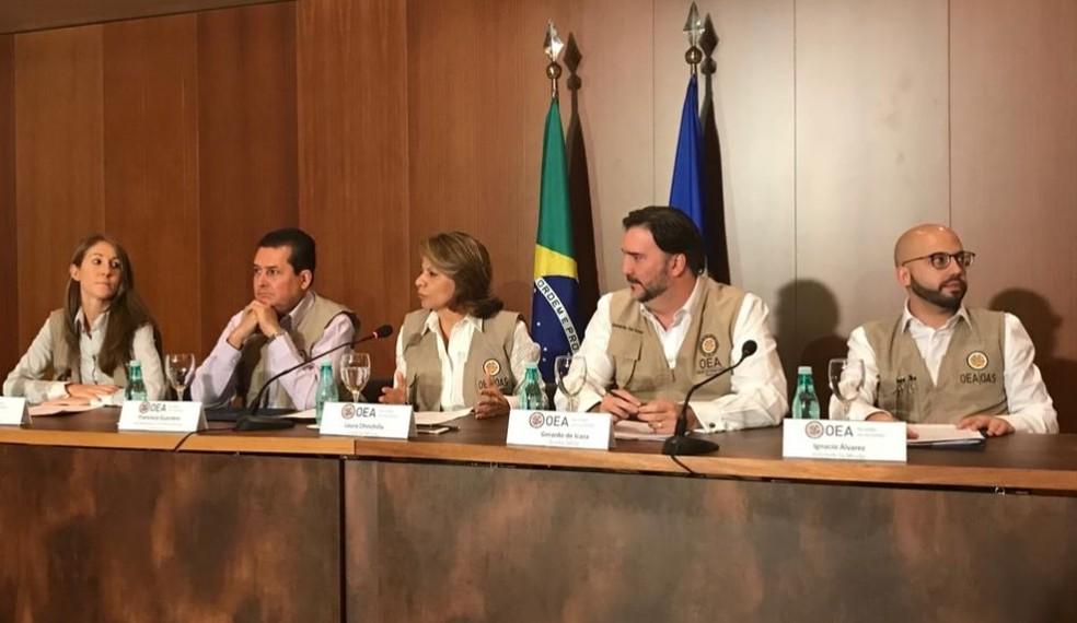 Laura Chincilla (centro), chefe da missão de observação eleitoral da OEA, durante entrevista em Brasília sobre o primeiro turno — Foto: Rosanne D'Agostino