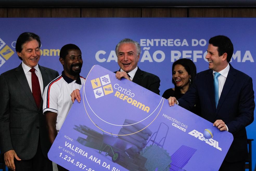 Bruno Araújo (à direita) participou nesta segunda (13), ao lado de Temer, do lançamento do Cartão Reforma (Foto: Marcos Corrêa, PR)