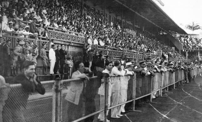 Sociais das Laranjeiras lotadas em jogo contra o América, pelo Campeonato Carioca de 1935
