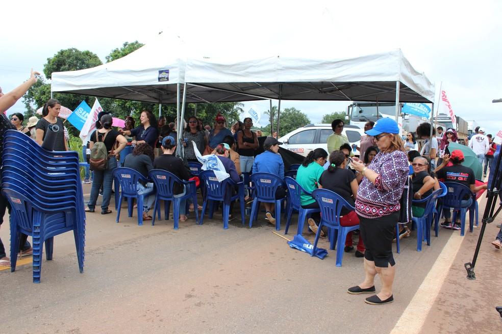 Professores interditam BR 364 em Candeias do Jamari e em Vilhena (Foto: Hosana Morais/G1)