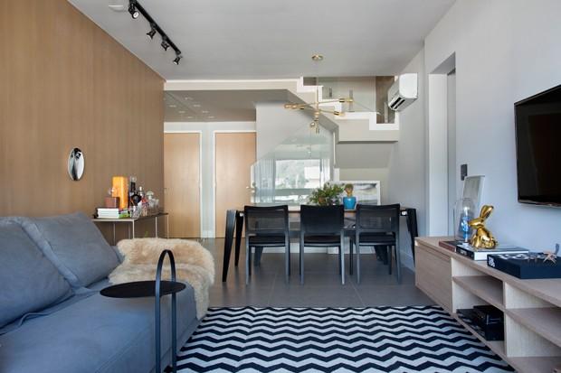 SALA DE JANTAR  | Mesa de jantar da Dell Anno Casa Shopping. Cadeiras de Tadeu Paisan para a Quattro Design. Luminária da Cristalux (Foto: Denilson Machado / MCA Estúdio)
