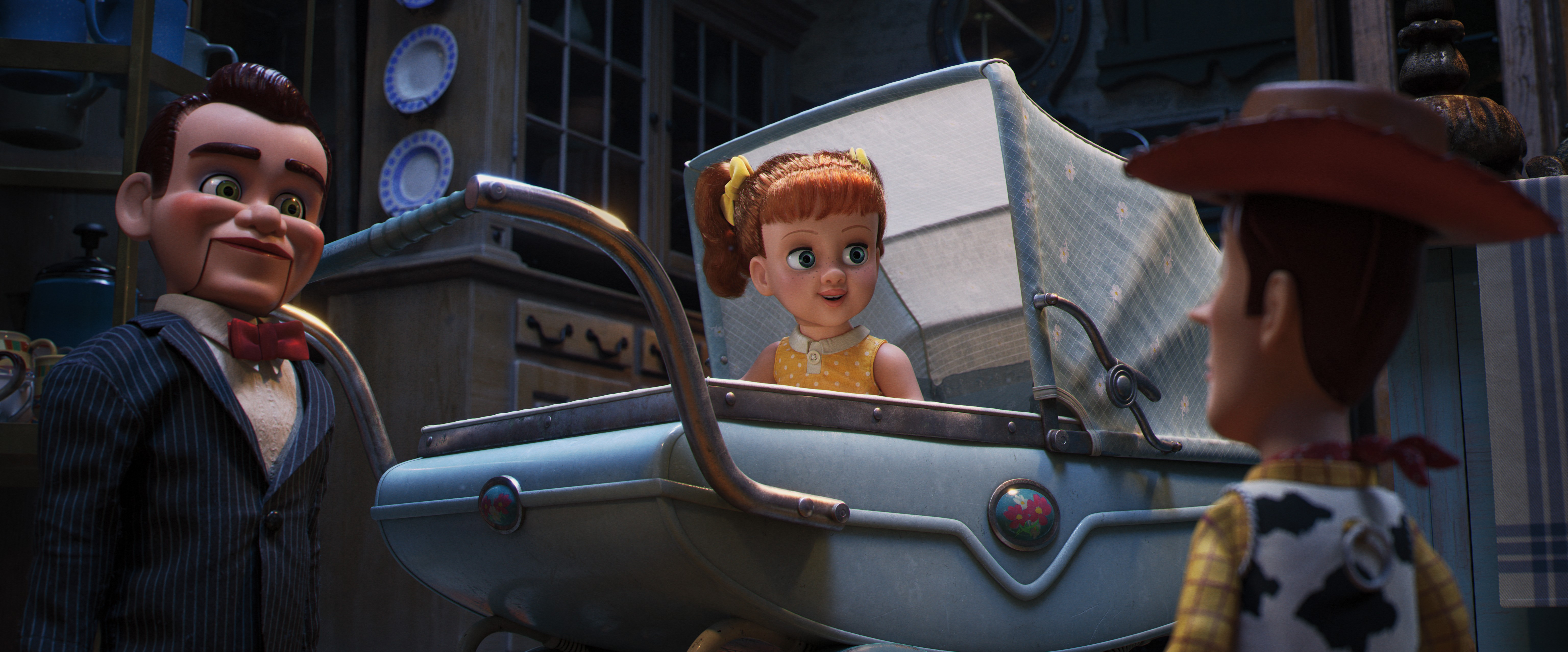 """GABBY GABBY – In Disney•Pixar's """"Toy Story 4,"""" Woody finds himself in Second Chance Antiques, home to an adorable, talking pull-string doll from the 1950s and her crew of voiceless ventriloquist dummies. Unfortunately for Gabby Gabby, a manufacturing defe (Foto: Divulgação)"""