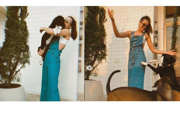 Camila mostra os bichinhos de estimação na varanda decorada com plantas (Foto: Reprodução)