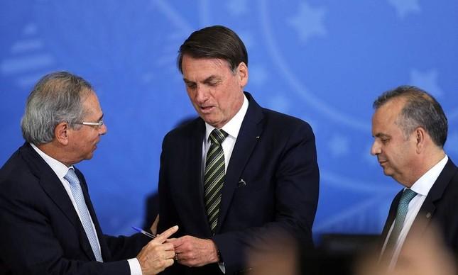 O presidente Jair Bolsonaro entre os ministros Paulo Guedes e Rogério Marinho