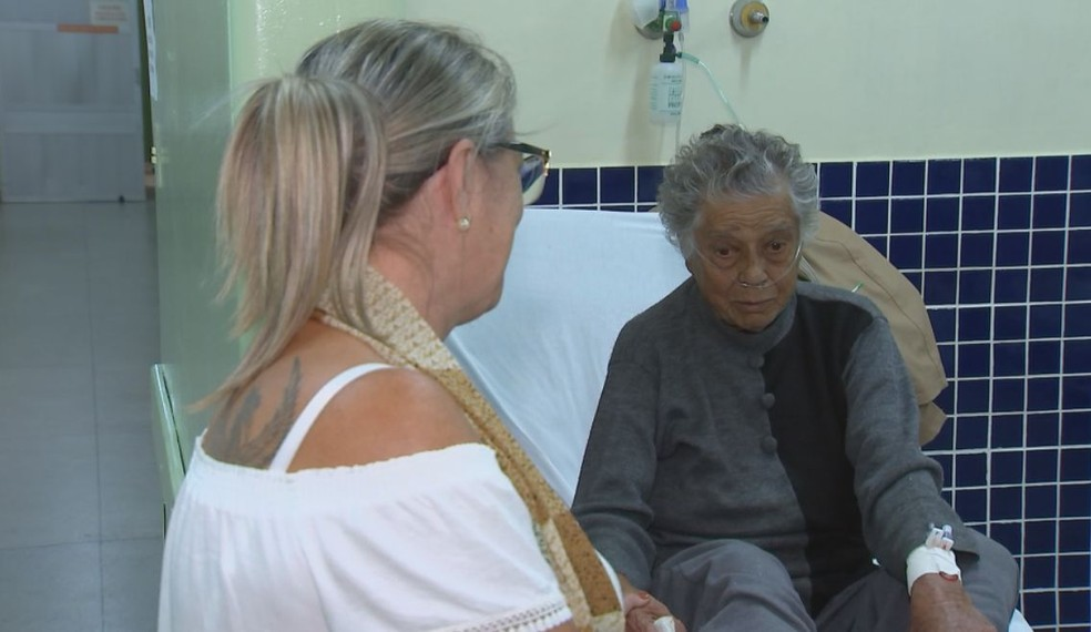 Rosimary aguarda uma vaga para a mãe, de 80 anos, no PS Central (Foto: TV TEM / Reprodução )
