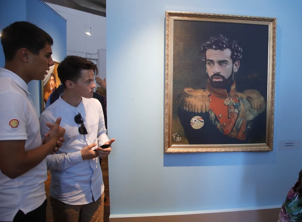 """Retrato do jogador egípcio Mohamed Salah na exposição """"Like the Gods"""", no Museu da Academia Russa de Artes em São Petersburgo (Foto: AP Photo/Dmitri Lovetsky)"""