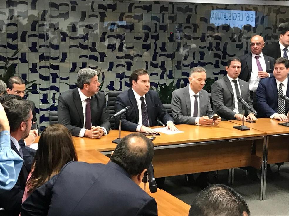 O presidente da Câmara, Rodrigo Maia (centro), durante entrevista coletiva nesta quarta-feira (12) sobre a proposta de reforma da Previdência — Foto: Gustavo Garcia/G1