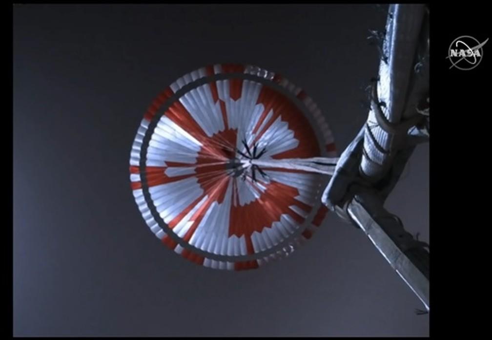 Momento em que o robô Perseverance abre o paraquedas para diminuir a velocidade espacial e pousar em Marte. — Foto: Nasa