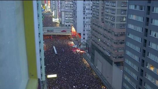 Milhares vão às ruas e pedem a saída da governante de Hong Kong