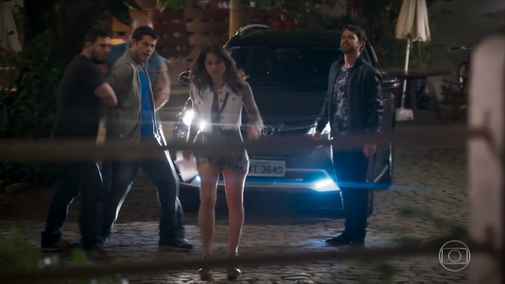 Carmela (Chandelly Braz) abandona Adônis (José Loreto) após descobrir mentira - 'Haja Coração' — Foto: Globo