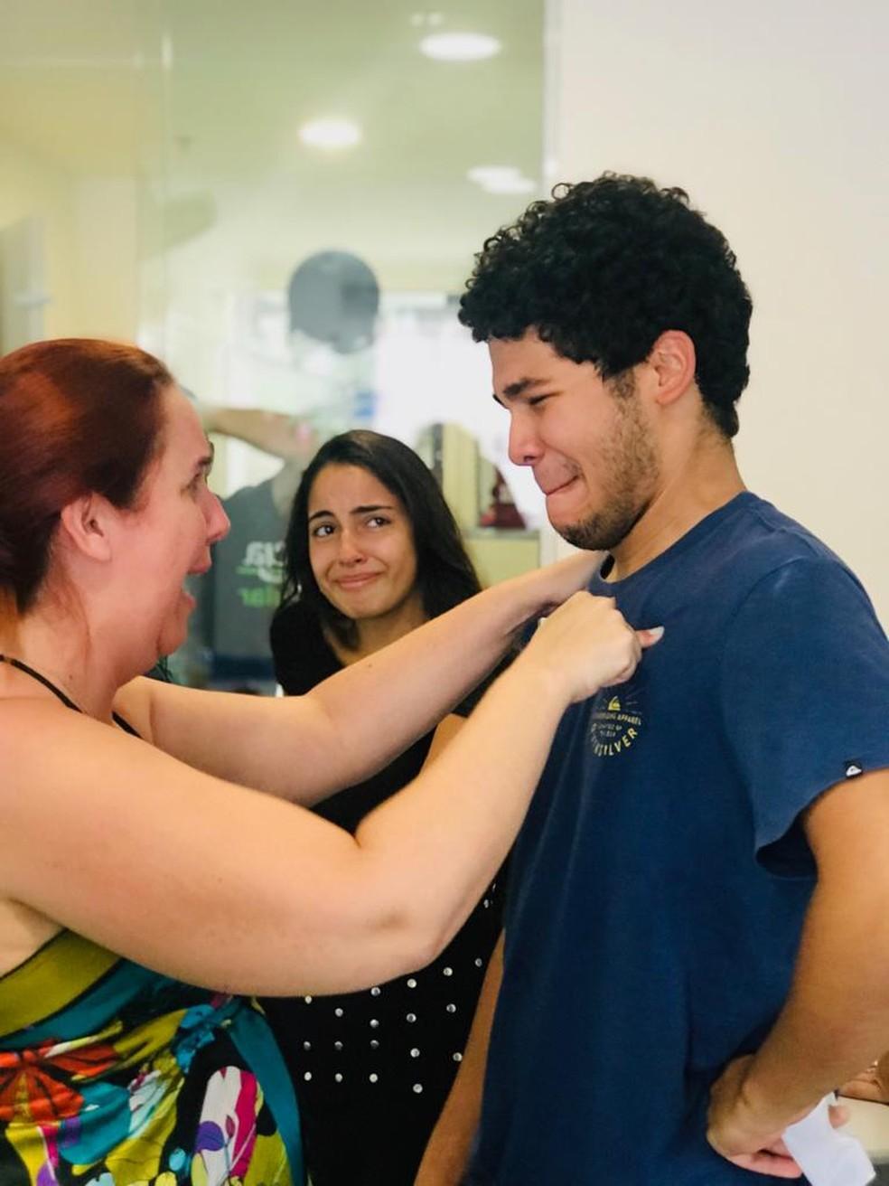 Guilherme e sua professora Eliane quando saiu o resultado de aprovação na faculdade — Foto: Arquivo pessoal