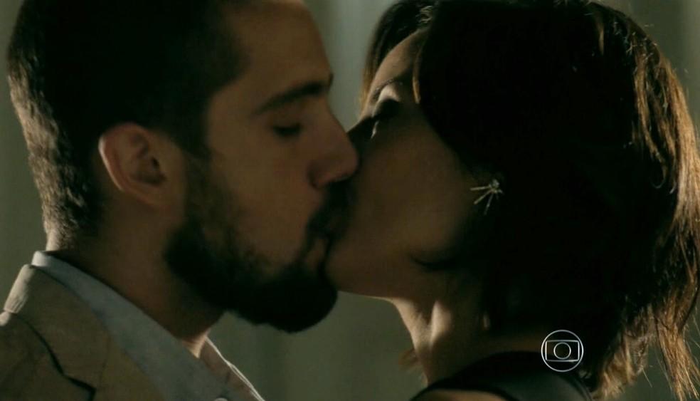 Maria Clara (Andréia Horta) beija Vicente (Rafael Cardoso) - 'Império' — Foto: Globo