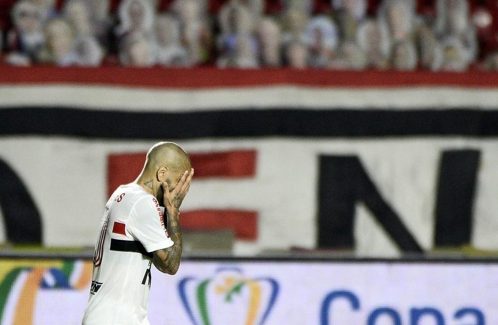 Daniel Alves lamenta eliminação do São Paulo na Copa do Brasil — Foto: Marcos Ribolli