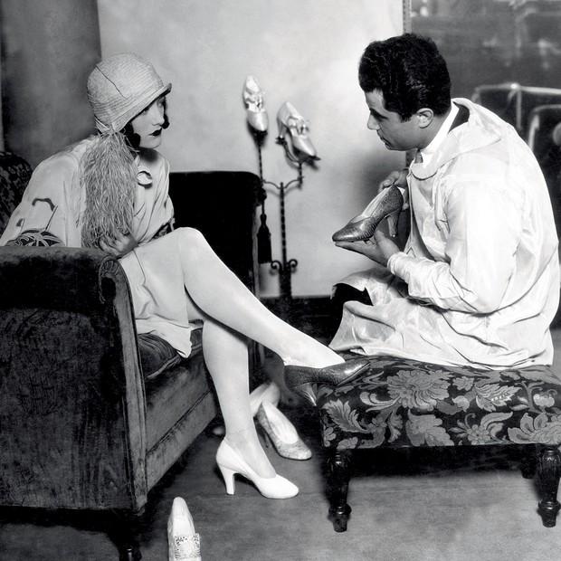 A atriz americana Joan Crawford na loja de Ferragamo, em Hollywood, na década de 20 (Foto: Divulgação)