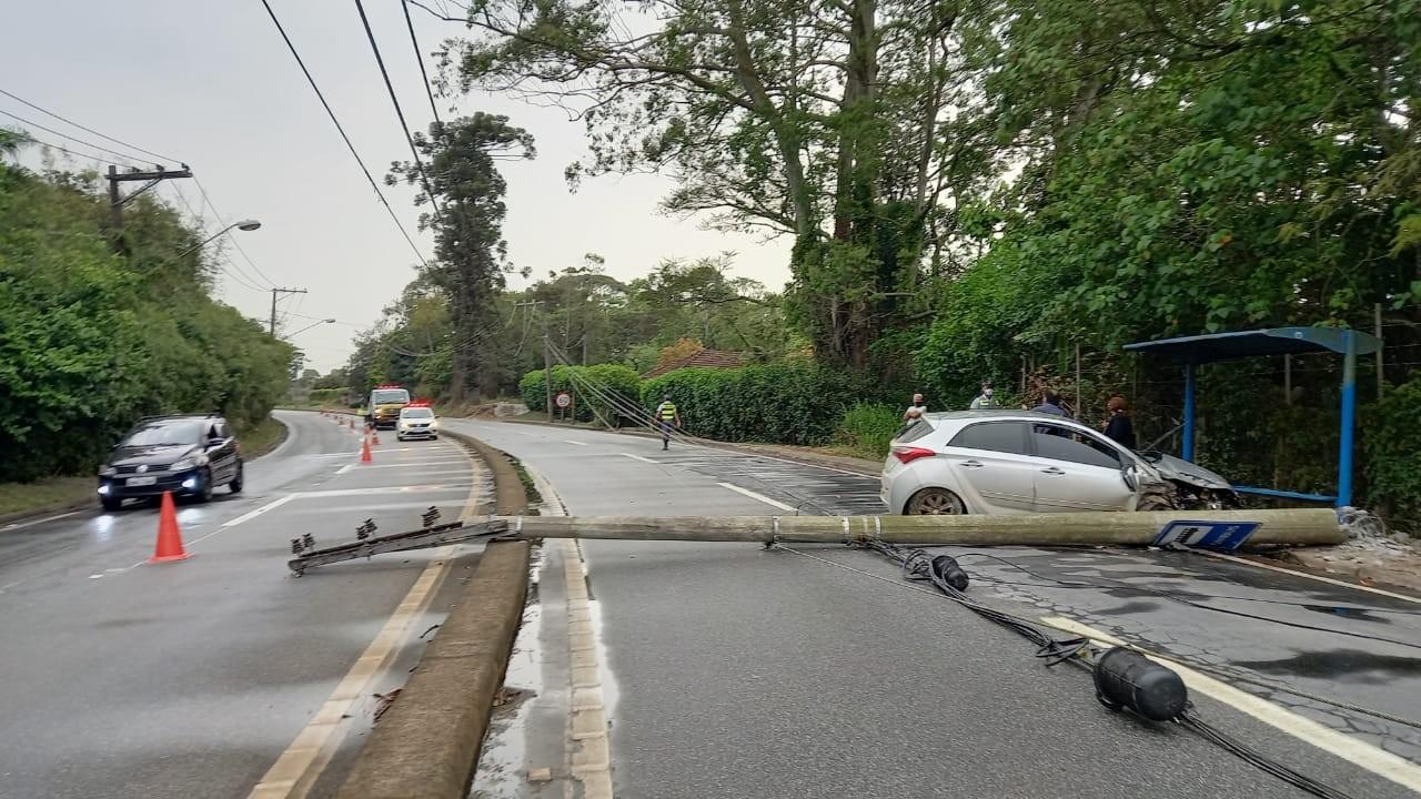 Carro bate em poste e provoca congestionamento na Rodovia Mogi-Salesópolis