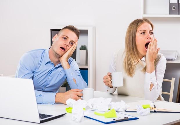 Profissionais bocejam durante reunião no escritório ; carreira ; bocejo ; tédio ; entediado ; falta de atenção ; cansaço ;  (Foto: Thinkstock)