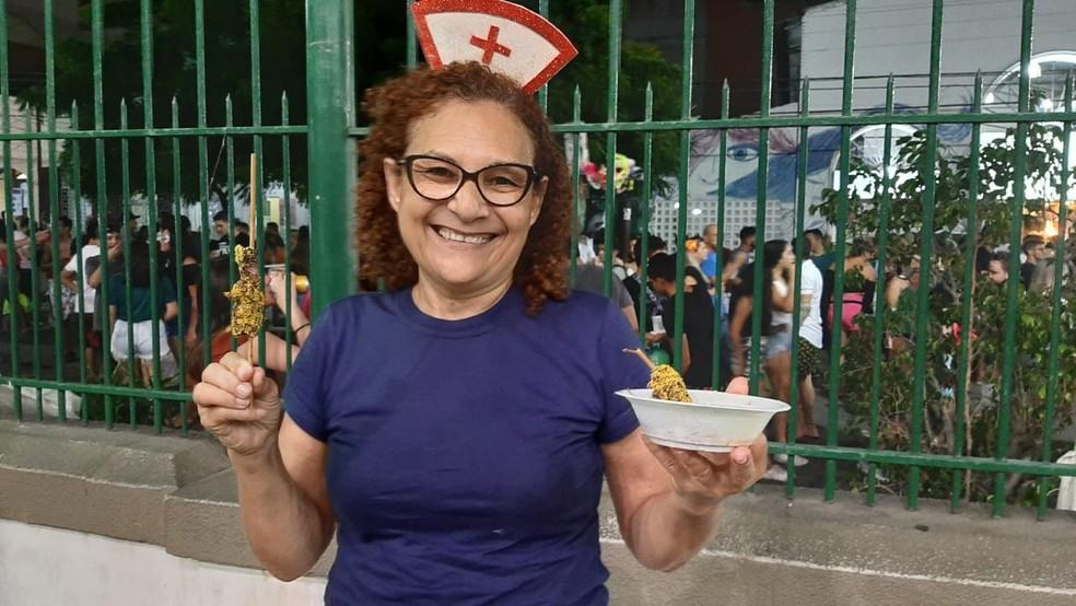 Para garantir as energias durante o pré-carnaval, Socorro Ferreira passou nas barracas de comidas típicas. — Foto: Natinho Rodrigues/Sistema Verdes Mares