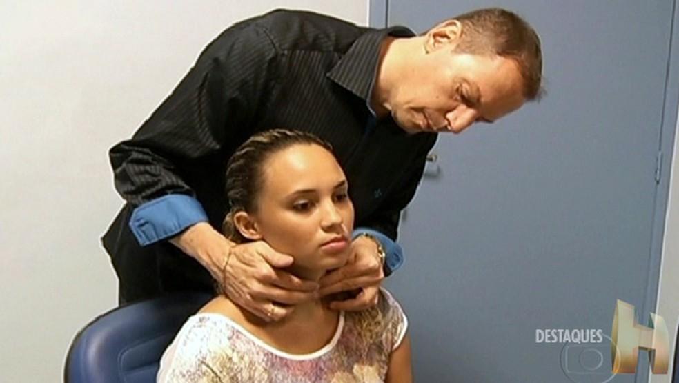 Médico examina tireoide de paciente; disfunções na glândula alteram todo o metabolismo (Foto: Reprodução/TV Globo)