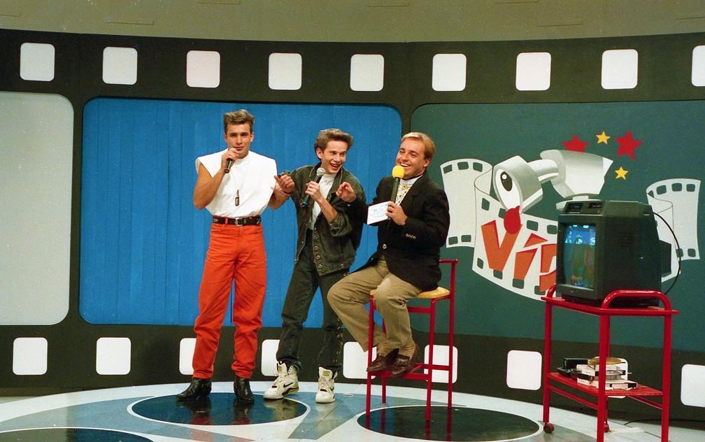 Integrantes do grupo Polegar e Gugu Liberato no 'Programa de Vídeos', em 1992 — Foto: Francisco Inácio/Acervo do SBT