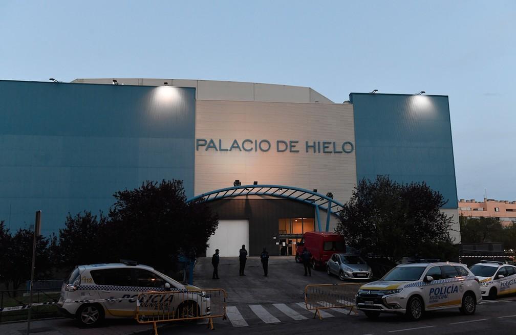 """Pista de patinação """"Palácio de Gelo"""" em Madri servirá como necrotério para mortes provocadas pela Covid-19 — Foto: PIERRE-PHILIPPE MARCOU / AFP"""