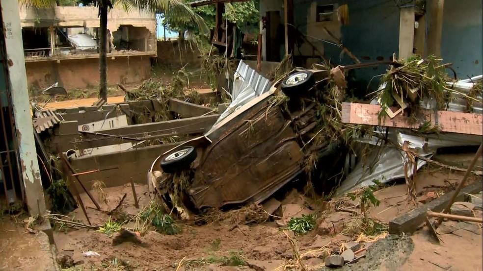 Força da água arrastou carros em Iconha — Foto: Reprodução/TV Gazeta