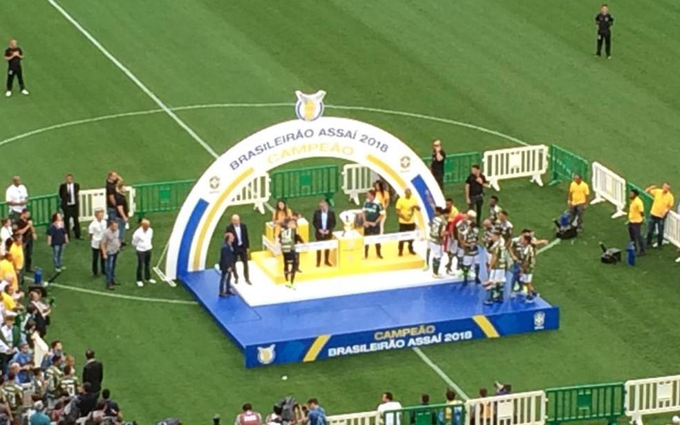 Presidente eleito participa de entrega de medalhas e trofeu aos jogadores do Palmeiras — Foto: Roney Domingos/G1